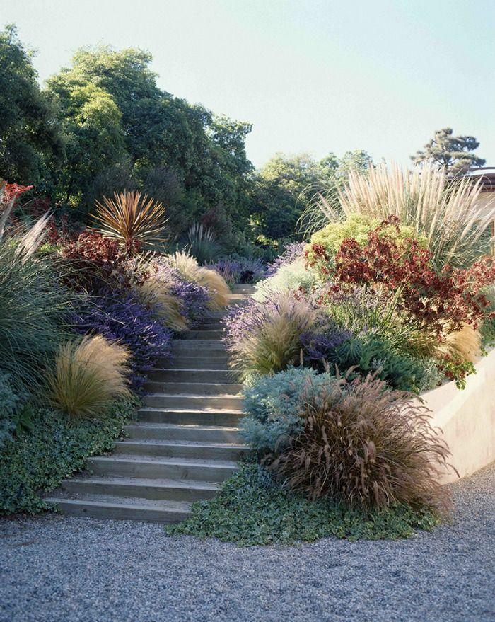 Una gran premisa antes de construir un jardín doméstico es que los jardines son para vivirlos