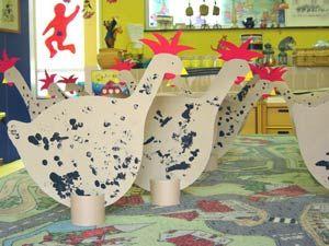 stempelen of versieren sjabloon van een grote kip, wc rolletje als voetsteun.