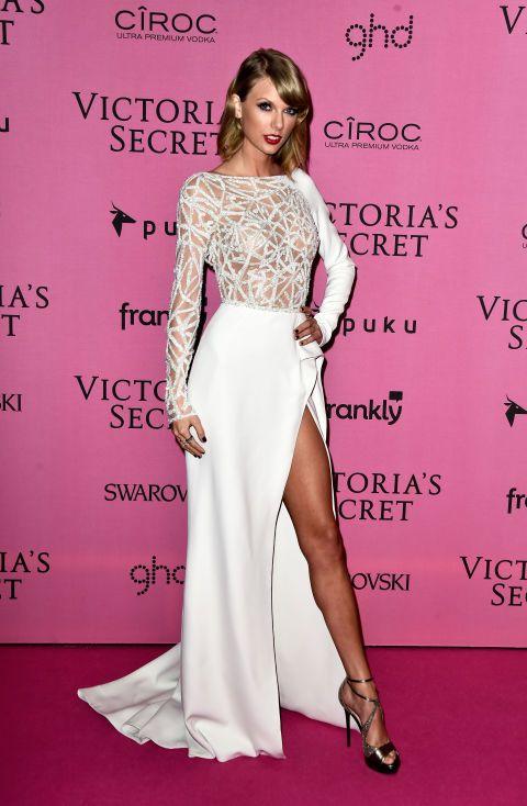 Taylor Swift posa per l'after party della sfilata di Victoria's Secret, il 2 dicembre 2014 a Londra.  -cosmopolitan.it