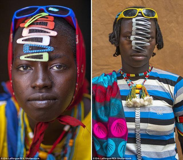#интересное  Современная мода Эфиопии (13 фото)   Фантазии народа дасанеч (Эфиопия) можно только позавидовать. Они проживают вдали от цивилизации, но даже в их маленький мир просочились современные аксессуары. Девственное представление представителей народа о к