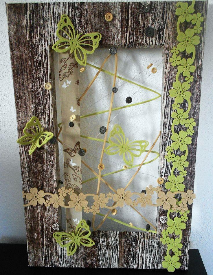 Piepschuim lijst beplakt met hout stof en gedecoreerd met vilt vlinders.