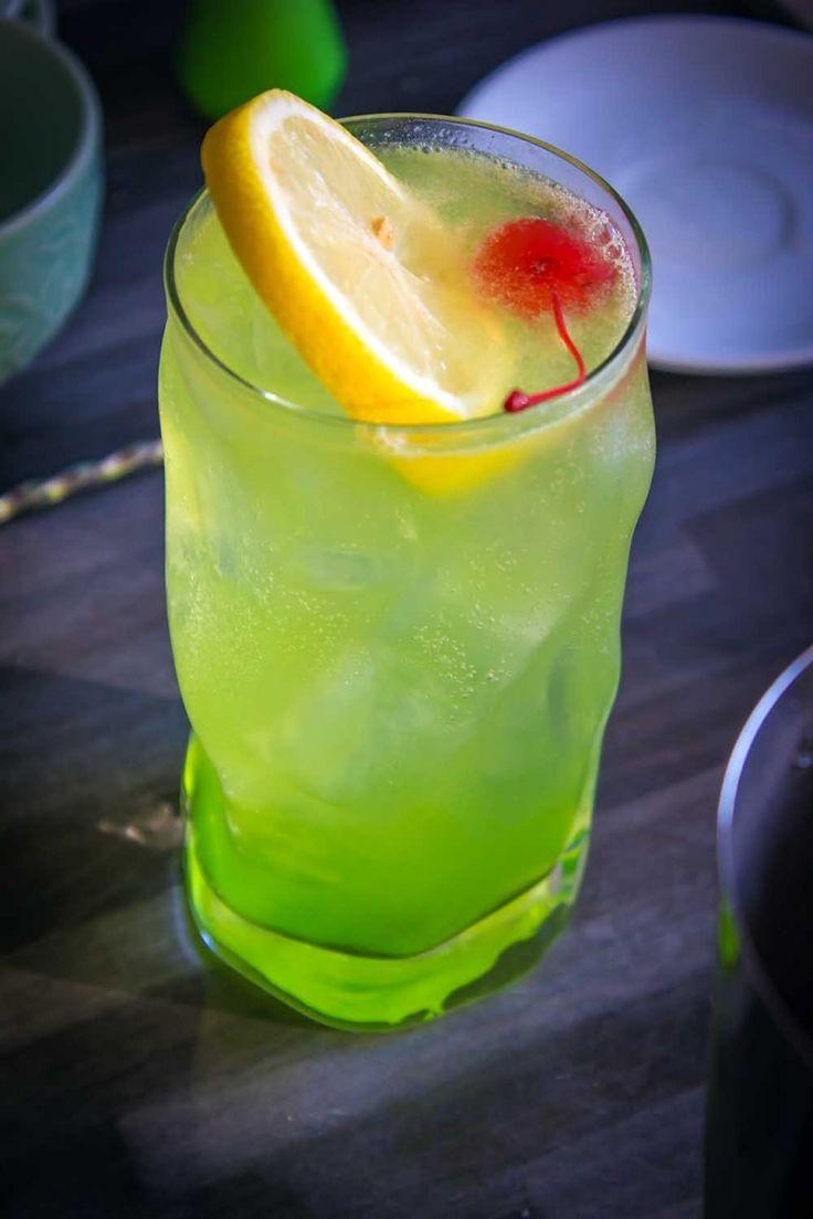Midori sour cocktail in abbinamento ad insalata di mango e mais