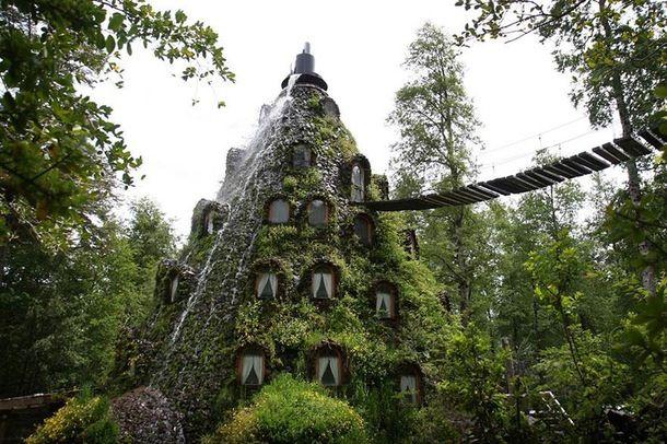 Jungle og vulkaner Det vildeste naturkick i Chiles regnskov. Hotellet ligger som en bevokset høj tæt på vulkanen Magic Mountain.