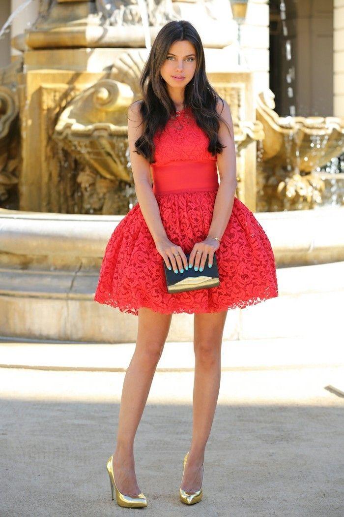 Beige schuhe rotes kleid