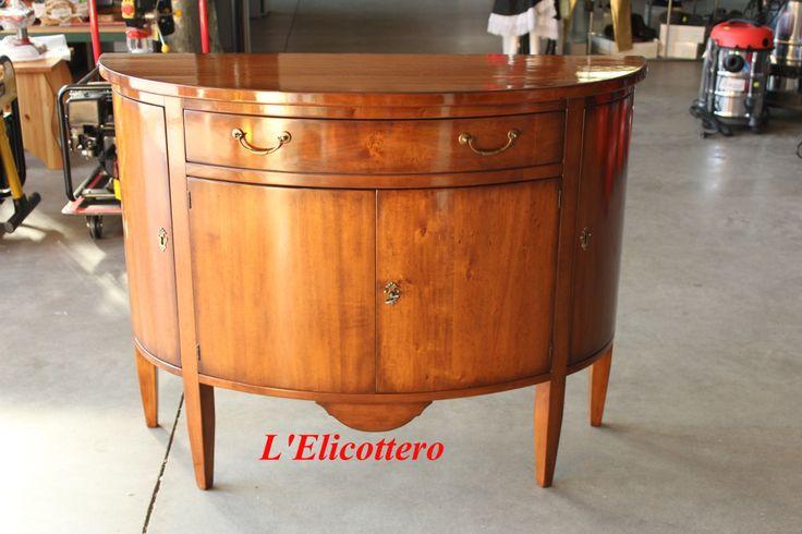 Credenzina mezzaluna in legno massello con 4 porte e 1 cassetto.