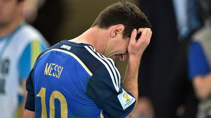 Cinco razones por las que al final en Río no hubo Lio.  Messi falló en el momento decisivo, cuando más se lo esperaba. Era su Mundial y, por distintos motivos, no pudo jugarlo en el mejor nivel. Una decepción grande para un equipo que necesitaba de su talento. http://mundial.popular.tv/noticias/1110-