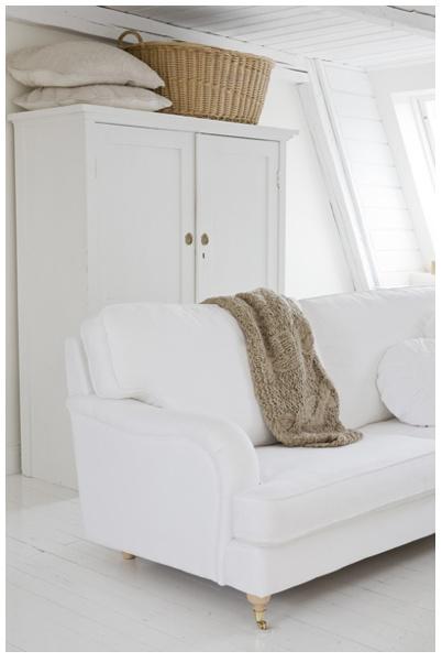 Landelijke witte kast en oude manden zoals deze te koop bij www.old-basics.nl webshop vintage shabby chic en sroer landelijke meubels