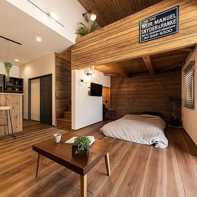 ベッド周り 天井低めの寝室 壁掛けtv 無垢の床材 杉 ローテーブルdiyの