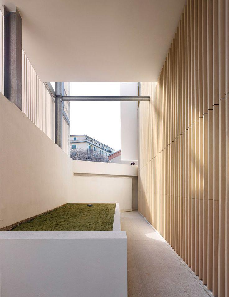 outside passage  #brissolei #wood #white
