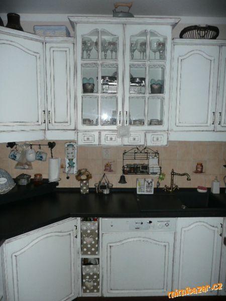 Tak maminky, které jste se mě ptaly, jak z původní kuchyně lamino udělat patinovanou kuchyň, zde je ...