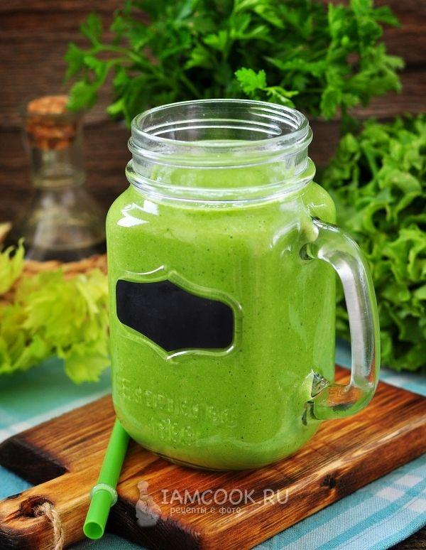 Зеленый коктейль из шпината, петрушки, груши и сельдерея