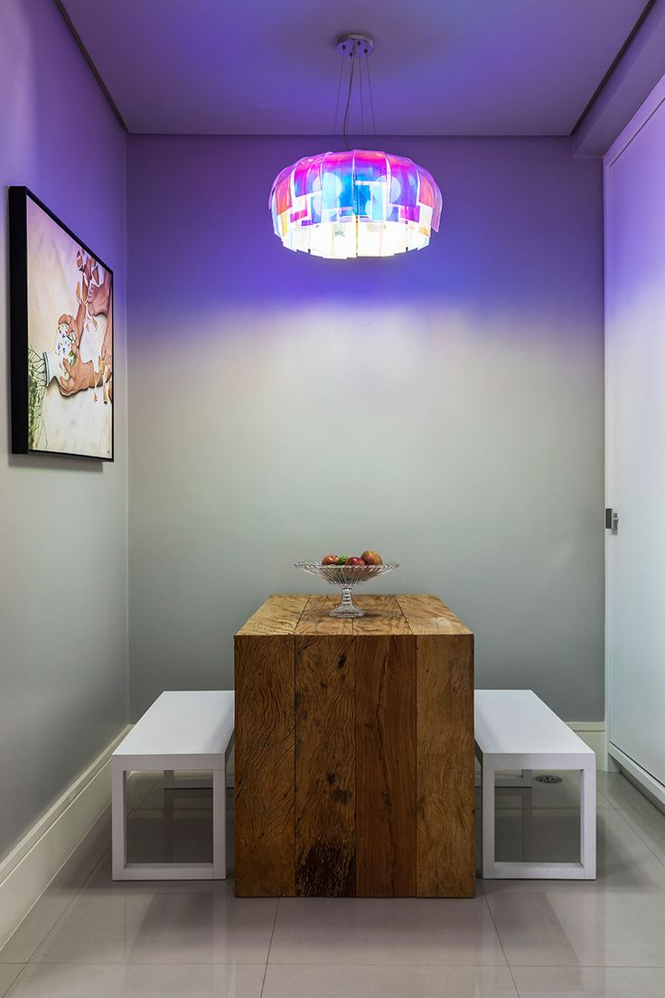 Decoração moderna, decoração ousada na medida certa, detalhes da decoração, parede cinza, mesa de madeira, banco branco.