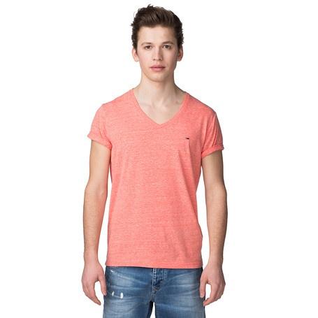 Das lässige T-Shirt mit Hilfiger Denim-Logoprint und Logo-Stickerei auf der Brust wirkt zu Jeans im Used-Look besonders trendy. Ein tolles Basic aus weichem Baumwoll-Jersey, das solo und in Kombination mit anderen Oberteilen überzeugt. Mit V-Ausschnitt und Tommy Hilfiger Flag-Label über dem linken Ärmelabschluss. Das abgebildete Modell ist 1,86 m groß und trägt Konfektionsgröße M.