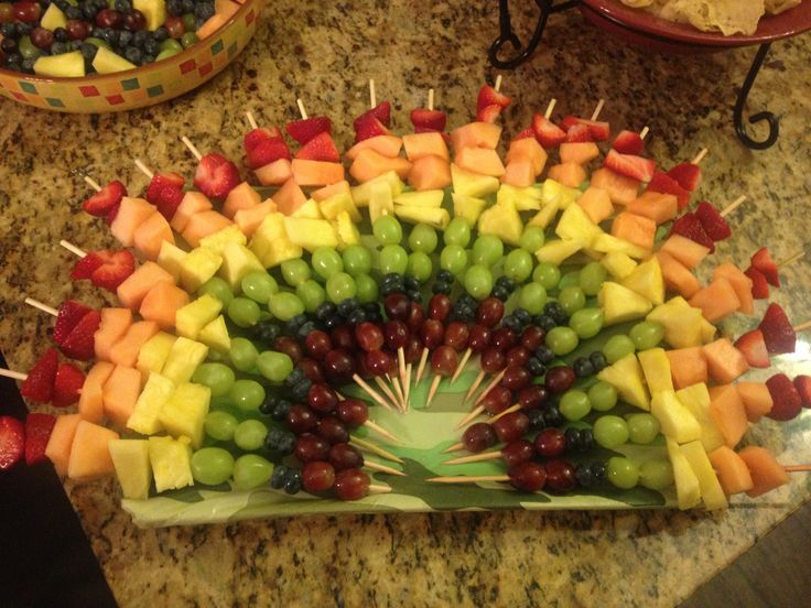 Rainbow fruit kabobs for a party! Easy and fun! Hue hit for parties!