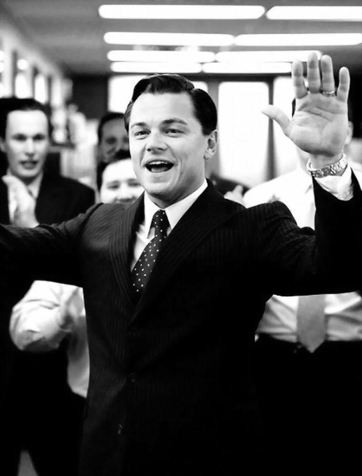 """Până și un tânăr broker are nevoie de o imagine bună. Cu atât mai mult, acesta știe cum se poartă cu stil o ținută business.  Leonardo DiCaprio în """"Lupul de pe Wall Street"""""""