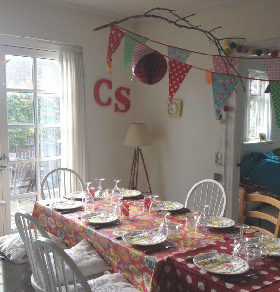 Farverigt opdækket fødselsdagsbord med flagranke og Harry Potter gren i loftet. Fotograf: Susanne Randers