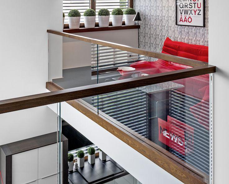 www.trabczynski.com ST875 Schody dywanowe wykonane z jesionu termicznego. Balustrada ze szkła z drewnianym pochwytem. Schody z linii TECHNE. Realizacja wykonana w domu prywatnym , projekt – TRĄBCZYŃSKI / ST875 Zigzag stair made of thermo ash. Balustrade made of glass with wooden handrail. Stairs of the TECHNE line. Private residential project, designed by TRABCZYNSKI
