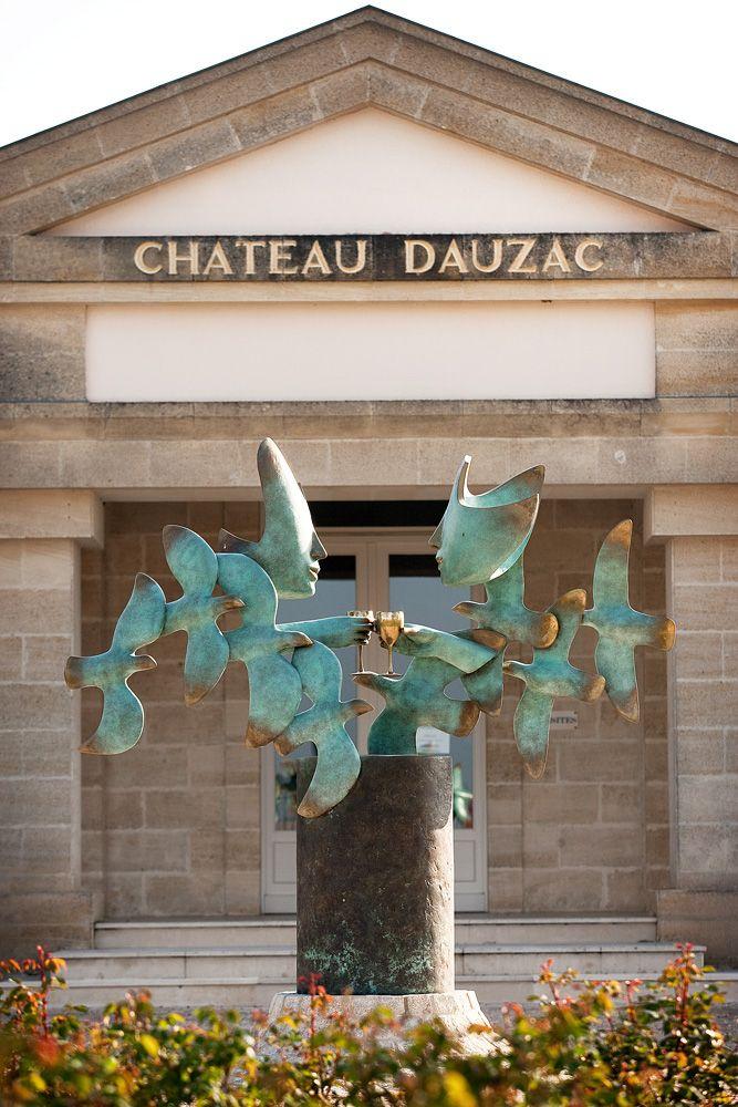 Venez découvrir le château Dauzac lors d'une visite guidée, pour cela il vous suffit de réserver une visite guidée sur le site Wine Tour Booking