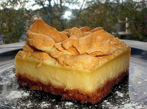 Aceasta prajitura cu mere are un strat de crema si un strat de bezea. Te vei…