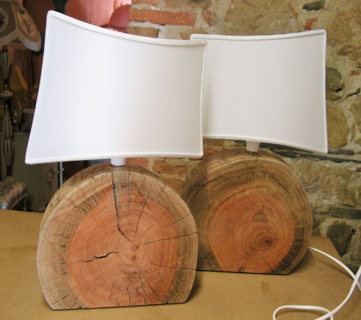 Coppia di lampade realizzate con sezioni di tronco di eucalipto