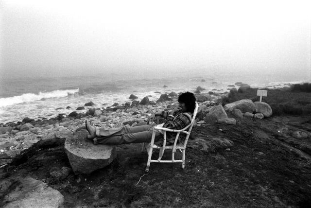 Ron Wood on the beach at Montauk NY 1975. Photo by Ken Regan. http://pic.twitter.com/sqiy4jLaSf   Lost In History (@HistoryToLearn) November 9 2017