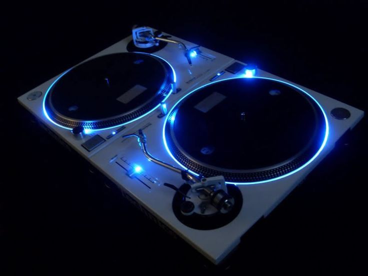 Custom sprayed / Blue LED kit / LED backlit platter / Original tonearm / Coloured pitch control / Clear vinyl decal original logos.