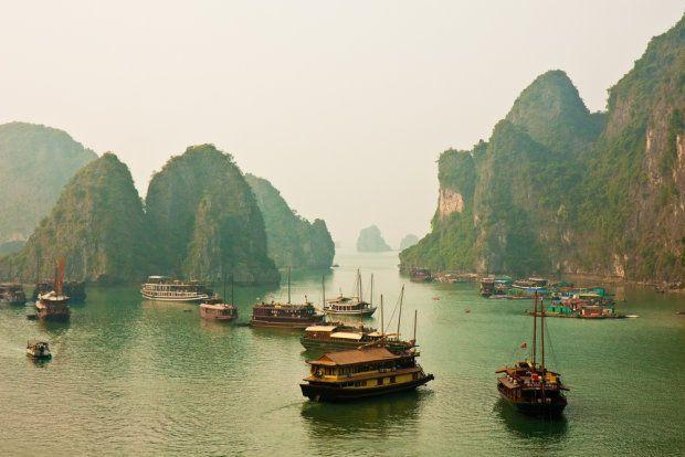 Azja. Zatoka Ha Long, Wietnam.  Zatoka Ha Long położona jest na północy Wietnamu niedaleko miasta Hon Gai. Miejsce to słynie ze skalistych wysp, grot i jaskiń, które według legendy stworzył smok - Ha Long znaczy właśnie