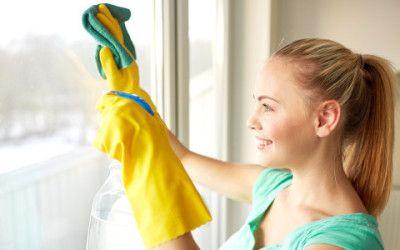 Per le superfici lucide vi servono dei detersivi per pulire i vetri con ingredienti naturali ed economici. Vi diamo 3 ricette facili ed efficaci.