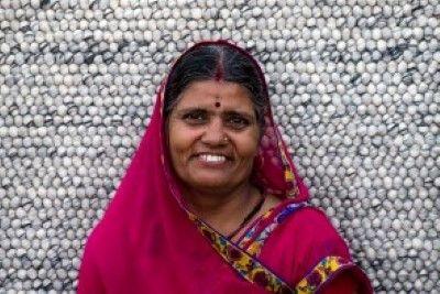 Shakuntla   We zijn super #trots op ons #Sukhi #team!  In #India worden aan onze wollen lus kleden gewerkt, maar ook aan onze #stenen #kleden, vervilte wollen draden kleden en vilten blaadjes kleden! Een groot team dus! #Funfact: Alleen in India werken er ook #mannen aan onze kleden! Waar normaal gesproken alleen #vrouwen aan onze Sukhi #vloerkleden werken!   Sukhi.nl
