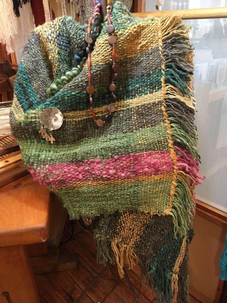 Pañoleta de lana teñida de Tilonka Lanas, CLP 60.000