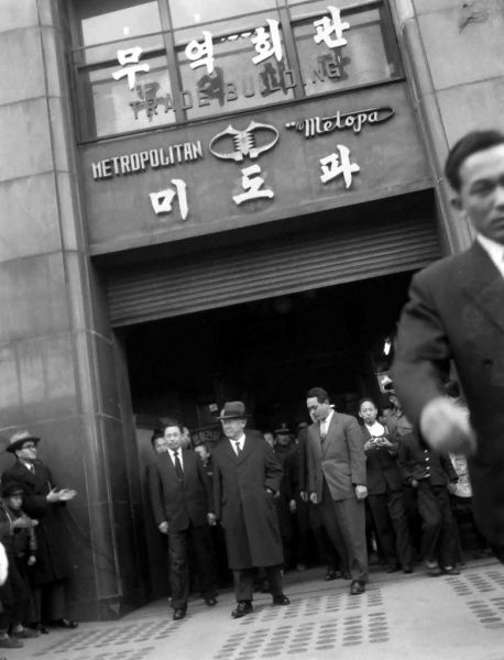 Seoul 1959: President Syngman Rhee visits Midopa Department Store