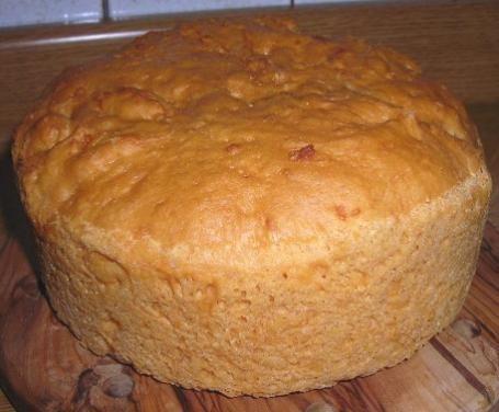 Della torta ha proprio la forma, ma non cercatela nel ricettario dei dolci umbri. La torta umbra al formaggio, da consumare a fette insieme ai salumi, rientra nel menù pasquale di questa regione. A vederla, sembrerebbe un classico panettone, ma dall'inebriante profumo di formaggio. È talmente golosa che non sempre si riesce a resistere fino all'arrivo della Pasqua!