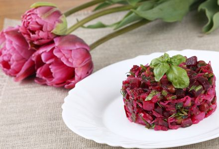 Afla cum sa prepari o delicioasa salata de sfecla rosie cruda. Incearca aceasta reteta de salata de sfecla rosie cruda propusa de noi!