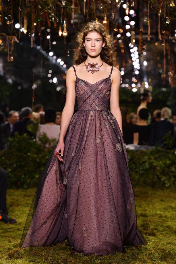Sfilata Dior Haute Couture Primavera Estate 2017  | Abiti borgogna | FOTO