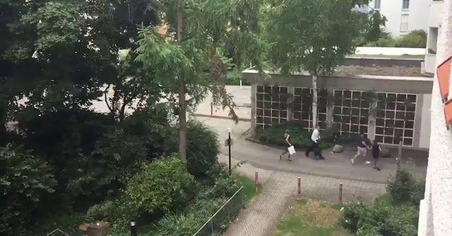 """El tiroteo en un centro comercial de #Múnich deja varios muertos y y la ciudad esta sitiada   Al menos 14 personas habrían muerto como consecuencia del tiroteo registrado en uno de los mayores centros comerciales de Baviera (Alemania). También hay cerca de un centenar de heridos. Los testigos afirman que el tiroteo ha sido protagonizado """"por una o más"""" personas con armas de fuego En estos momentos realizan evacuación preventiva del metro tras brutal tiroteo y no funcionan algunas lineas de…"""
