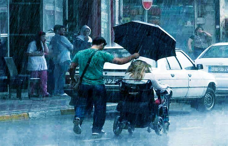 #InspiracionUdever Un mujer estuvo en parque de pronto hizo lluvia, las personas se fueron, excepto por uno. ¡no todos somos iguales en actitud!