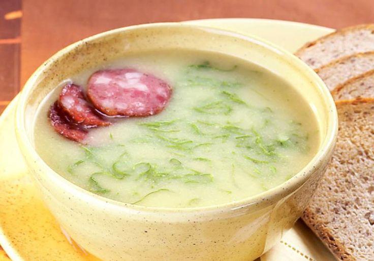 O caldo verde é uma sopa de fubá com couve e linguiça, tradicional prato suíço. Que tal aquecer bem o paladar com esta delícia?