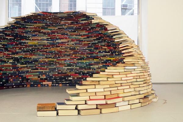 Bygg en igloo av böcker! Har ni en loppis i föreningen kan det här vara ett roligt sätt att sälja just böcker på.