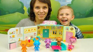 Мультики с игрушками Саго Мини - Кролик Джек открывает своё кафе - Мультфильмы для малышей http://video-kid.com/10713-multiki-s-igrushkami-sago-mini-krolik-dzhek-otkryvaet-svoyo-kafe-multfilmy-dlja-malyshei.html  Мультики с игрушками Саго Мини (Sago Mini) для самых маленьких детей на детском развивающем канале Носики Курносики. Кролик Джек решил открыть своё кафе и в этом деле ему будут помогать его лучшие друзья пёсик Харви, кошка Джиня и хомяк Рос. Подписаться на канал Носики Курносики…