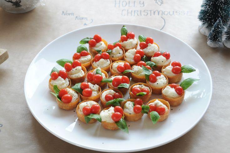 Op zoek naar inspiratie voor een lekker kersthapje of een smakelijke kerstamuse? Deze variant op de caprese vindt iedereen lekker! Bekijk het recept.