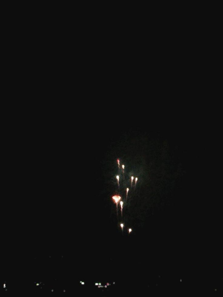 夏の夜の、町の打ち上げ花火大会の様子をアニメGIF画像作成②
