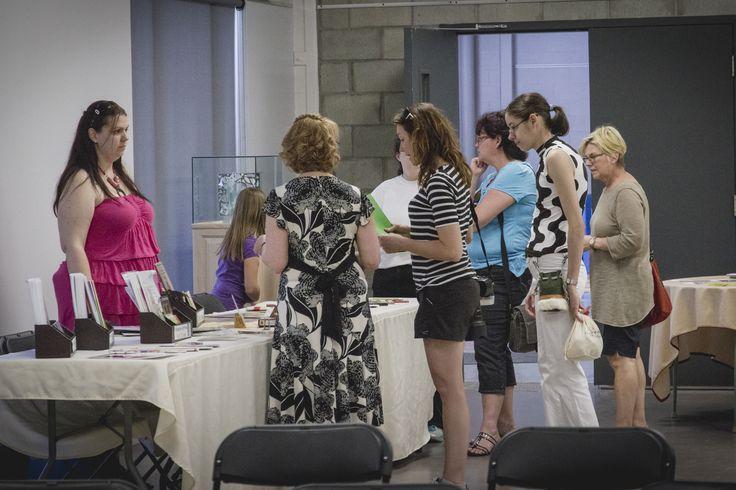 Quelques visiteurs découvrent les publications de La Plume Rousse.