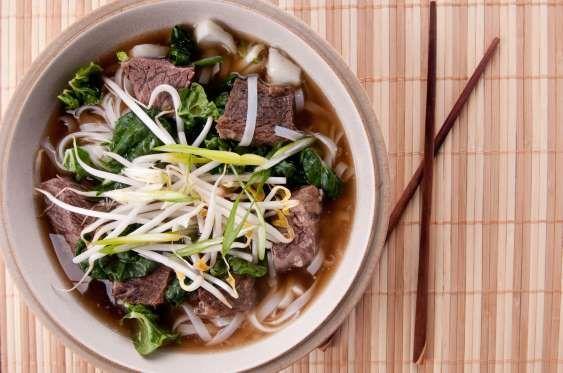 """Vietnã - O """"Pho"""" é o prato mais conhecido no café da manhã vietnamita e um dos símbolos da culinária do país. É basicamente uma sopa de macarrão de arroz, servida com carne de boi (ou frango) e ervas."""