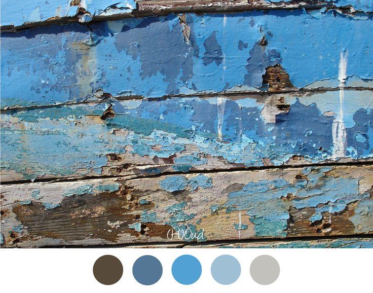 (h)oud - Tinten blauw van loslatende verf van een oude deur.