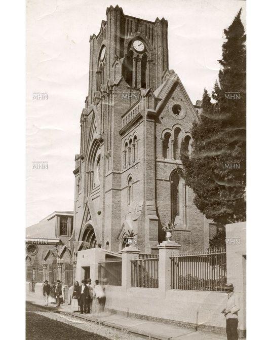 Antigua fachada de la iglesia de los Sagrados Corazones en calle Independencia.   ---   Fotog.: atribuida a Hans Frey  --  Fecha de la Fotog.: c.1900  --  M.H.N.