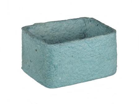 Vrolijke papercliphouder in een mooie kleur blauw. Deze papercliphouder is gemaakt van papierpulp van gerecycled papier. Natuurlijk kan het ook gebruikt worden om andere dingen op een bureau in te bewaren. Welke organizer vindt u er het mooiste bij, de groen, de blauwe of de grijze?  L  x  B  x  H  +/-  9,5  x  7  x  5  cm  Merk: Kinta  Land van herkomst: Filipijnen  Prijs €  4,75