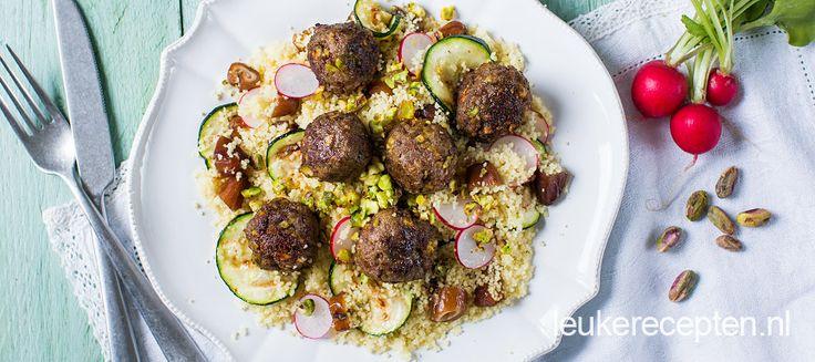 Gehaktballetjes met lekker crunchy stukjes pistache met couscous met dadels