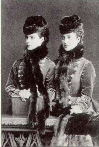 Сёстры: принцесса Александра - будущая королева Англии, и принцесса Дагмар - будущая императрица России.