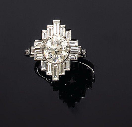 Bague ornée d'un diamant brillanté en sertissure et encadré de diamants