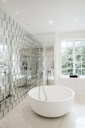毎日使うからこそこだわりの空間作りを♪ おしゃれなバスルーム ... すっきりとしたホワイトのバスルームに、鏡面のタイルを敷き詰めた壁面